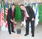 (מימין לשמאל) מר יוסי מלמד, מנהל מפעל להב של התעשייה האווירית ומר יאנג לה מנהל תכנית F-35 הישראלית בלוקהיד מרטין, בטקס הנחת אבן הפינה בתעשייה האווירית.