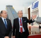 """יוסי וייס, מנכ""""ל התעשייה האווירית עם משה יעלון שר הביטחון"""