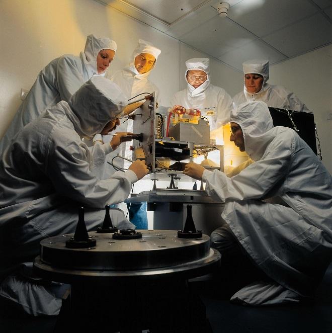 """סטודנטים וחוקרים בטכניון בעת בנית לווין הטכניון """"גורווין טכסאט""""."""