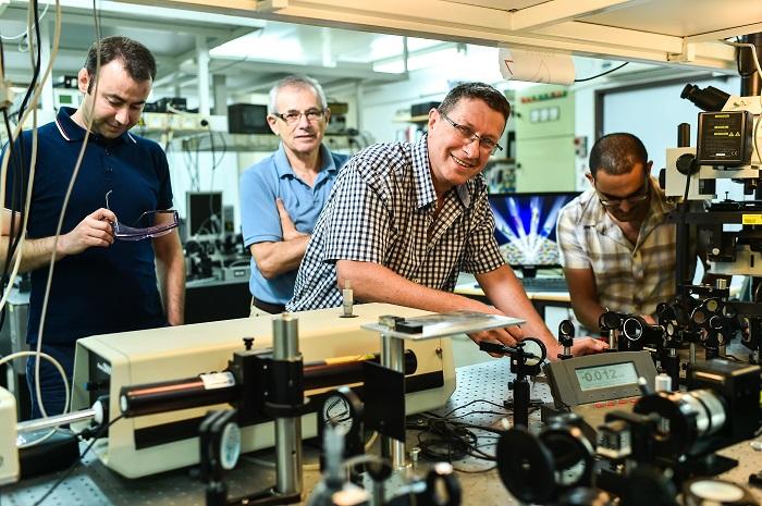 פרופ' חסמן עם צוות המעבדה.  צילום : ניצן זוהר, דוברות הטכניון