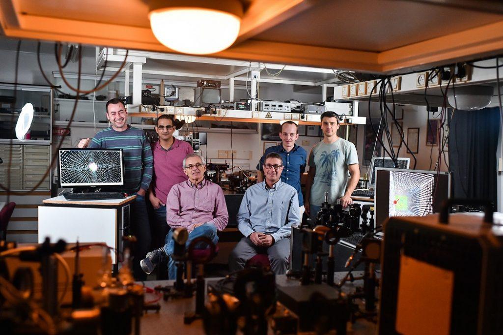 חברי הקבוצה לננואופטיקה בראשותו של פרופ' חסמן השותפים למחקר. מימין לשמאל: ארקדי פאירמן, מיכאל ינאי, פרופ' ארז חסמן, דר' ולדימיר קליינר, אלחנן מגיד ואיגור יולביץ צילום : ניצן זוהר, דוברות הטכניון